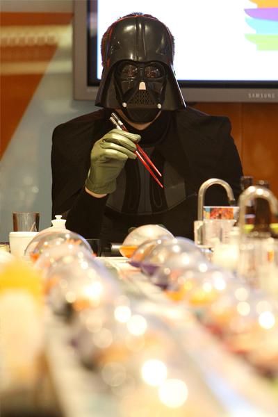 Тёмный лорд ест суши